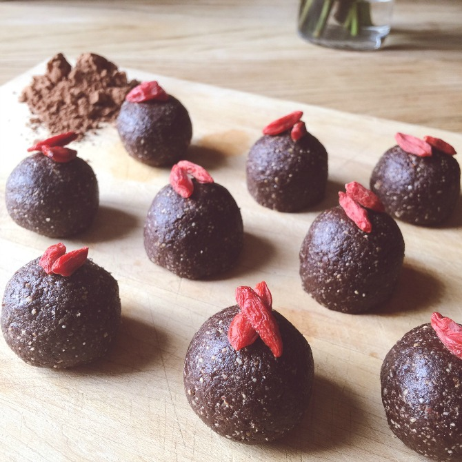 Raw food recipe chocolate truffle balls